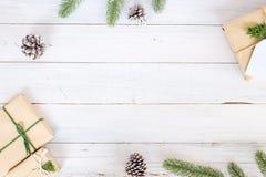 Fundo do Natal com as caixas de presente atuais feitos a mão e decoração rústica na placa de madeira branca Foto de Stock Royalty Free