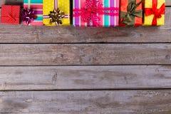 Fundo do Natal com as caixas de presente na placa de madeira Foto de Stock Royalty Free