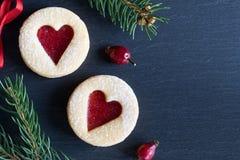 Fundo do Natal com as cookies do Natal de Linzer e Br spruce Fotos de Stock