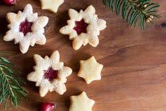 Fundo do Natal com as cookies do Natal de Linzer e Br spruce Foto de Stock