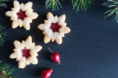 Fundo do Natal com as cookies do Natal de Linzer e Br spruce Imagem de Stock
