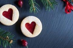 Fundo do Natal com as cookies do Natal de Linzer e Br spruce Imagens de Stock Royalty Free
