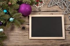 Fundo do Natal com as decorações na placa de madeira Imagens de Stock