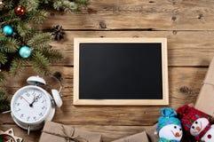 Fundo do Natal com as decorações na placa de madeira Imagens de Stock Royalty Free