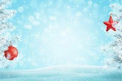 Fundo do Natal com as decorações vermelhas em ramos congelados imagens de stock royalty free