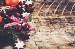 Fundo do Natal com as estrelas da cookie do pão-de-espécie, galhos da árvore de abeto Imagens de Stock