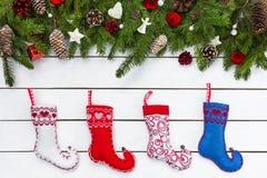 Fundo do Natal com as peúgas coloridas do Natal Copie o espaço Imagem de Stock