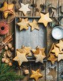 Fundo do Natal com bandeja de madeira no centro, espaço da cópia foto de stock royalty free