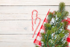 Fundo do Natal com bastão de doces e árvore de abeto da neve Imagem de Stock
