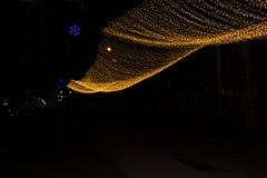 Fundo do Natal com beira das luzes de Natal das luzes Luzes de Natal coloridas de incandescência em um fundo preto Imagem de Stock Royalty Free