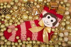 Fundo do Natal com bolas do ouro e macaco em Red Sox Imagens de Stock