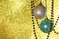 Fundo do Natal com bolas e festão Fotografia de Stock