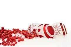 Fundo do Natal com bolas e a festão vermelha dentro fotografia de stock royalty free