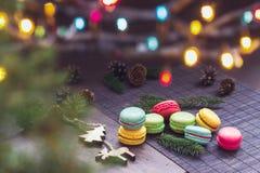 Fundo do Natal com bolinhos de amêndoa e árvore de abeto imagens de stock