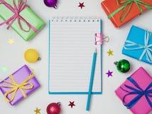 Fundo do Natal com caderno, caixas de presente e decorações Imagem de Stock