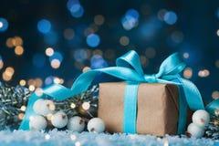 Fundo do Natal com caixa de presente ou a árvore de abeto atual e nevado Cartão com efeito do bokeh Foto de Stock Royalty Free