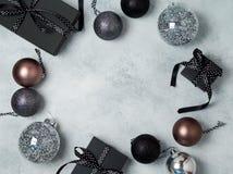 Fundo do Natal com caixas de presente e decorações no preto e nas cores da prata Vista de acima Fotografia de Stock Royalty Free