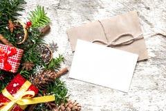 Fundo do Natal com cartão, ramos de árvore do abeto, decorações e caixas de presente Fotos de Stock Royalty Free