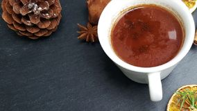 Fundo do Natal com chocolate de árvore de abeto, nuts e quente filme