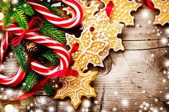 Fundo do Natal com cookies do Natal e bastões de doces Imagem de Stock