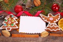 Fundo do Natal com cookies e decoração do pão-de-espécie Fotografia de Stock Royalty Free