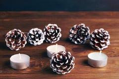Fundo do Natal com decorações do Natal: cone e candels do pinho Fotografia de Stock Royalty Free