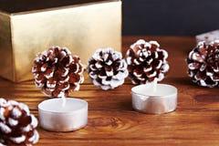 Fundo do Natal com decorações do Natal: cone e candels do pinho Imagens de Stock