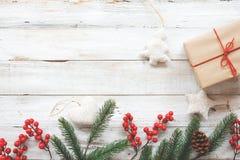 Fundo do Natal com decorações e as caixas de presente feitos a mão na placa de madeira branca Foto de Stock