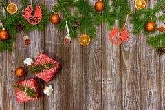 Fundo do Natal com decorações e caixas de presente na placa de madeira fotografia de stock