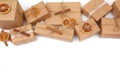 Fundo do Natal com decorações e caixas de presente no branco Foto de Stock
