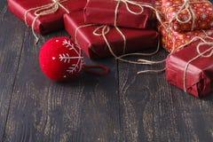 Fundo do Natal com a esfera vermelha do Natal Imagens de Stock Royalty Free