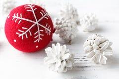 Fundo do Natal com a esfera vermelha do Natal Foto de Stock Royalty Free
