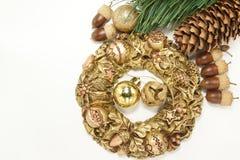 Fundo do Natal com grinalda dourada Fotografia de Stock Royalty Free