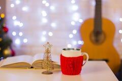 Fundo do Natal com guitarra Ainda vida no interior da casa Imagem de Stock