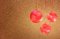 Fundo do Natal com luzes do bokeh e as bolas marrons do Natal Foto de Stock Royalty Free