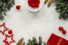 Fundo do Natal com os flocos atuais, da neve, o cone, as estrelas, os ramos de árvore do abeto e as decorações do Natal no fundo  foto de stock royalty free