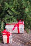 Fundo do Natal com ramos de uma árvore de Natal com presentes Fotos de Stock Royalty Free