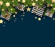 Fundo do Natal com ramos e presentes do abeto Fotografia de Stock