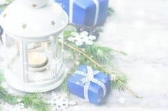 Fundo do Natal com uma lanterna, os presentes e a árvore de abeto Fotografia de Stock Royalty Free