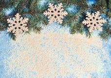 Fundo do Natal com uma neve e um pinecone Fotografia de Stock
