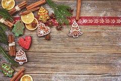 Fundo do Natal Cookies caseiros do pão-de-espécie, canela, árvore de Natal no fundo de madeira velho Foco tonificado, macio, term Imagens de Stock Royalty Free