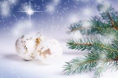 Fundo do Natal, decoração e ramos spruce Esferas do Natal em um fundo branco Foco macio Sparkles e bolhas abs Imagem de Stock Royalty Free