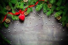 Fundo do Natal e do ano novo Ramo de árvore do Natal em um fundo preto Cones e brinquedos da pele-árvore Vista de acima Imagens de Stock