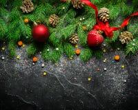 Fundo do Natal e do ano novo Ramo de árvore do Natal em um fundo preto Cones e brinquedos da pele-árvore Vista de acima Fotos de Stock
