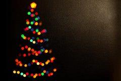 Fundo do Natal feito de luzes coloridas Bokeh da árvore de Natal Silhueta de Bokeh da árvore de Natal luz do borrão feliz foto de stock royalty free
