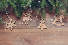 Fundo do Natal Figuras de madeira nos ramos do abeto Imagem de Stock Royalty Free
