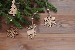 Fundo do Natal Figuras de madeira nos ramos do abeto Imagens de Stock Royalty Free