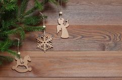 Fundo do Natal Figuras de madeira nos ramos do abeto Imagens de Stock