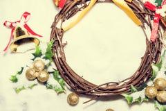 Fundo do Natal, grinalda tecida do ramo da videira com sinos dourados e folha verde, tom do vintage Imagens de Stock