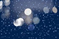 Fundo do Natal do inverno com flocos de neve e bokeh Foto de Stock